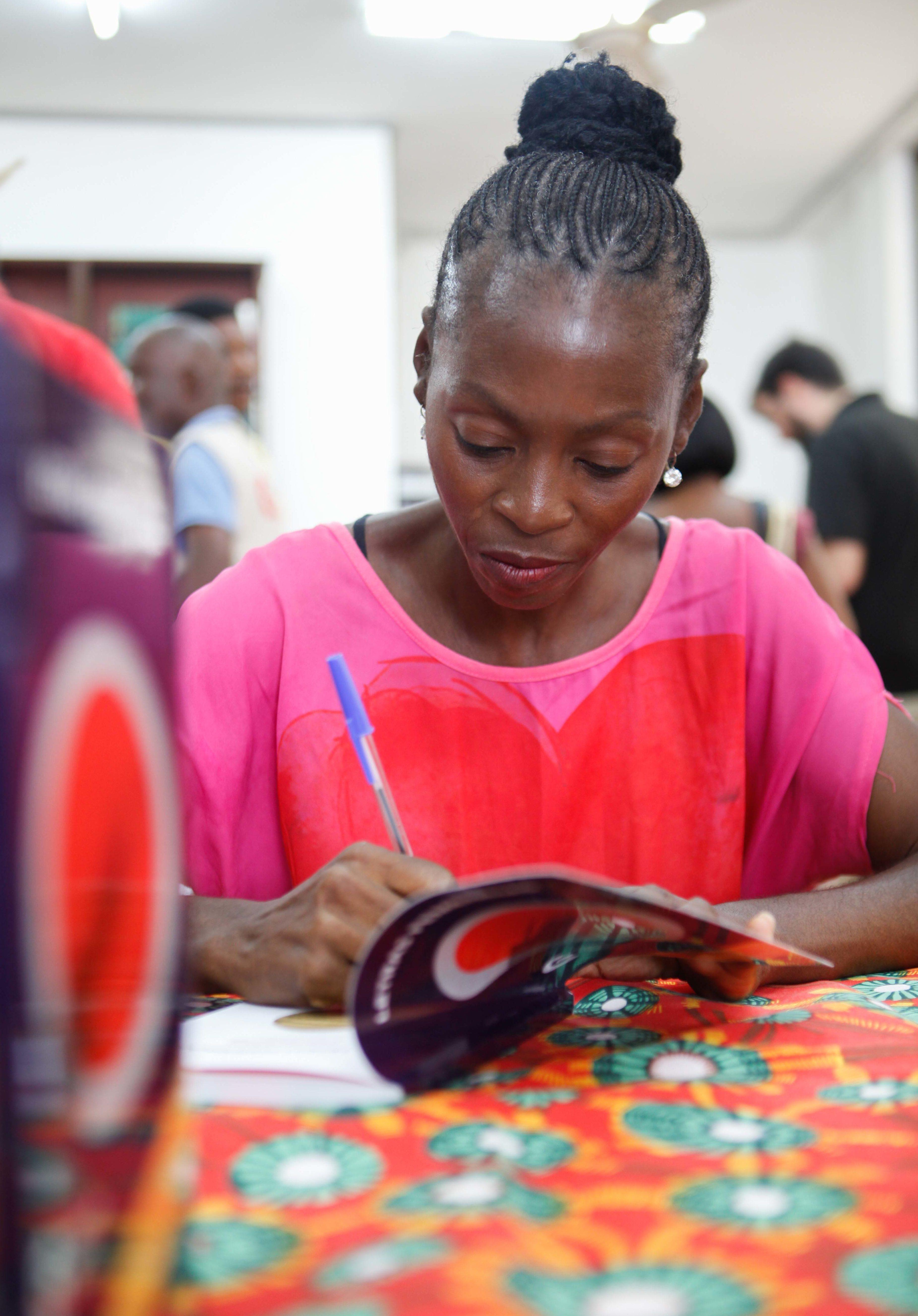 La escritora Carmen Mangue firmando libros